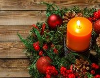 Guirnalda del advenimiento con la vela Imagen de archivo libre de regalías
