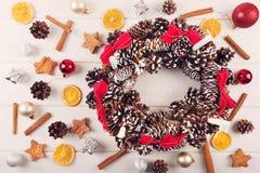guirnalda del advenimiento con las decoraciones y las especias tradicionales de la Navidad Imagen de archivo libre de regalías