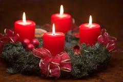 Guirnalda del advenimiento con las velas ardientes Fotografía de archivo libre de regalías