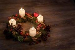 Guirnalda del advenimiento con las velas ardientes por el tiempo de la Navidad Imagen de archivo libre de regalías