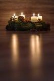 Guirnalda del advenimiento con las velas ardientes por el tiempo de la Navidad Foto de archivo