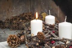 Guirnalda del advenimiento con las velas de la Navidad Foto de archivo libre de regalías