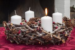 Guirnalda del advenimiento con las velas de la Navidad fotografía de archivo