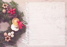 Guirnalda del advenimiento con las velas rojas por pre el tiempo de la Navidad Fotografía de archivo libre de regalías