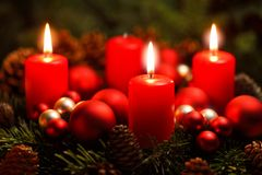 Guirnalda del advenimiento con 3 velas ardientes Imagenes de archivo