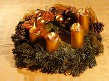 Guirnalda del advenimiento de la Navidad con las velas ardientes Imagenes de archivo