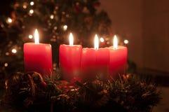 Guirnalda del advenimiento de la Navidad con las velas ardientes Imagen de archivo