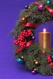 Guirnalda del advenimiento de la Navidad con las velas ardientes Imágenes de archivo libres de regalías