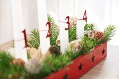 Guirnalda del advenimiento de la Navidad en la tabla, cuarto advenimiento en foco Imagenes de archivo