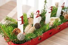 Guirnalda del advenimiento de la Navidad en la tabla, primer advenimiento en foco Fotos de archivo libres de regalías