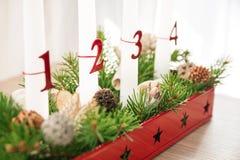 Guirnalda del advenimiento de la Navidad en la tabla, segundo advenimiento en foco Foto de archivo libre de regalías