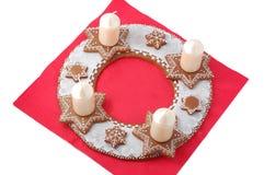 Guirnalda del advenimiento del detalle del pan de jengibre en rojo Imágenes de archivo libres de regalías