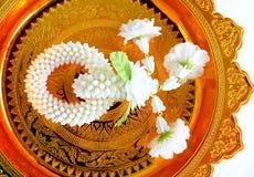 Guirnalda del jazmín en la bandeja del oro Foto de archivo libre de regalías