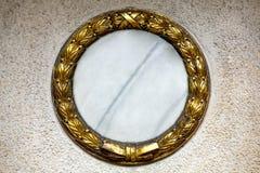 Guirnalda del oro en una lápida mortuaria Fotografía de archivo