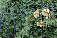 Guirnalda del oro y verdor bonitos del día de fiesta imagen de archivo
