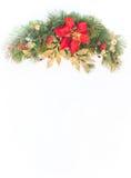 Guirnalda del pino de la poinsetia del día de fiesta de la Navidad falsa con el copyspace blanco Fotografía de archivo libre de regalías