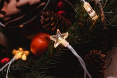 Guirnalda del ` s del Año Nuevo con la luz del pan de jengibre en forma de la estrella en el foco para el partido de Navidad Foto Imágenes de archivo libres de regalías