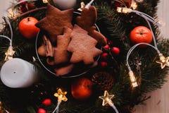 Guirnalda del ` s del Año Nuevo con las galletas del pan de jengibre para el partido de Navidad Torta del árbol de navidad en el  Foto de archivo