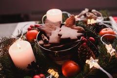 Guirnalda del ` s del Año Nuevo con las galletas del pan de jengibre para el partido de Navidad Torta del árbol de navidad en el  Fotografía de archivo