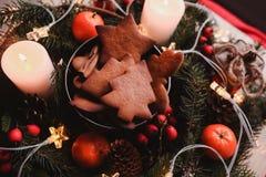 Guirnalda del ` s del Año Nuevo con las galletas del pan de jengibre para el partido de Navidad Torta del árbol de navidad en el  Fotografía de archivo libre de regalías