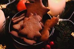 Guirnalda del ` s del Año Nuevo con las galletas del pan de jengibre para el partido de Navidad Torta del árbol de navidad en el  Imagenes de archivo