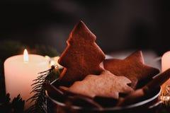 Guirnalda del ` s del Año Nuevo con las galletas del pan de jengibre para el partido de Navidad Torta del árbol de navidad en el  Imagen de archivo libre de regalías