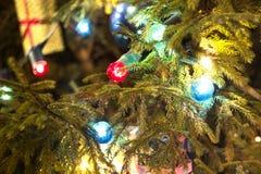 Guirnalda del ` s del Año Nuevo de colores rojos y azules en un árbol de navidad Foto de archivo libre de regalías