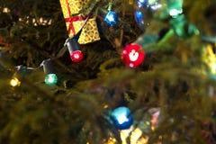 Guirnalda del ` s del Año Nuevo de colores rojos y azules en un árbol de navidad Imagen de archivo libre de regalías