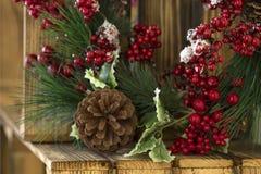 Guirnalda del ` s del Año Nuevo en una caja de madera en el pueblo Fotos de archivo libres de regalías