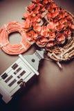 Guirnalda del ` s de la tarjeta del día de San Valentín en fondo gris Fotografía de archivo
