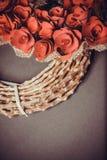 Guirnalda del ` s de la tarjeta del día de San Valentín en fondo gris Imagenes de archivo