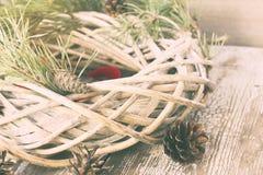 Guirnalda del sauce de la Navidad con las ramas del abeto Foto de archivo libre de regalías