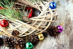 Guirnalda del sauce de la Navidad con las ramas del abeto y los juguetes de la Navidad Fotografía de archivo libre de regalías