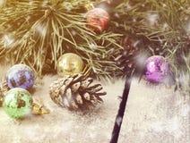 Guirnalda del sauce de la Navidad con las ramas del abeto y los juguetes de la Navidad Fotos de archivo