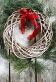 Guirnalda del sauce de la Navidad con las ramas del abeto y los juguetes de la Navidad Imágenes de archivo libres de regalías