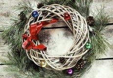 Guirnalda del sauce de la Navidad con las ramas del abeto y los juguetes de la Navidad Fotografía de archivo