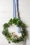 Guirnalda del verde de la Navidad del árbol de hoja perenne y de bayas en el fondo blanco Fotografía de archivo libre de regalías