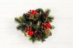 Guirnalda del vintage de la Navidad en backgrou de madera blanco rústico elegante Imagenes de archivo