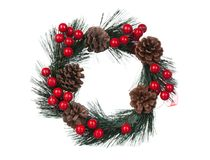 Guirnalda delicada de la Navidad con los conos del pino y las bayas rojas Imágenes de archivo libres de regalías