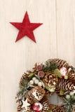 Guirnalda delicada de la Navidad de conos del pino y de una estrella roja Fotos de archivo libres de regalías