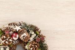 Guirnalda delicada de la Navidad de los conos del pino Foto de archivo libre de regalías