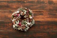 Guirnalda delicada de la Navidad de los conos del pino Imagen de archivo libre de regalías