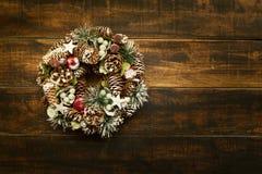 Guirnalda delicada de la Navidad de los conos del pino Imágenes de archivo libres de regalías
