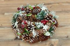 Guirnalda delicada de la Navidad de los conos del pino Foto de archivo
