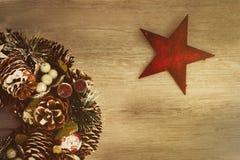 Guirnalda delicada de la Navidad de los conos del pino en fondo de madera Imágenes de archivo libres de regalías