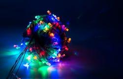 Guirnalda eléctrica de las luces de la Navidad Fotografía de archivo
