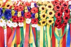 Guirnalda en diversos colores con las cintas coloridas imagen de archivo