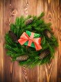 Guirnalda en el tablero de madera Rectángulo de regalo envuelto Concepto de la Navidad y del Año Nuevo Imagenes de archivo