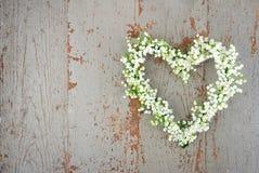 Guirnalda en forma de corazón de la flor de los lilys del valle imagenes de archivo