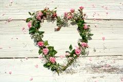 Guirnalda en forma de corazón de la rosa Imagenes de archivo